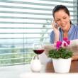 leende kvinna prata mobiltelefon avkopplande läsning — Stockfoto