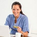 lächelnd Frau bezahlte Rechnungen online-Banking nach Hause — Stockfoto