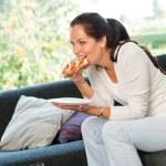 女人吃三明治午餐早餐家庭沙发 — 图库照片