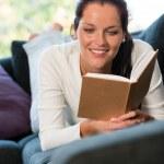 mulher de rato de biblioteca em casa sofá estudando estudante feminino — Foto Stock