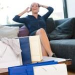 mujer alegre habla teléfono bolsas adicto a las compras — Foto de Stock