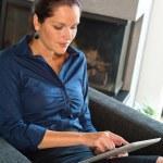 jonge zakenvrouw met behulp van digitale Tablet PC — Stockfoto