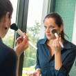 cepillo cosmético elegancia mujer preparación cara blush — Foto de Stock