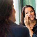 donna allegra pulizia viso cotone pastiglie bagno — Foto Stock