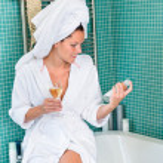giovane donna rilassante vasca di bagno termale trattamento — Foto Stock