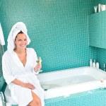 mujer feliz relajante hotel baño spa bienestar — Foto de Stock