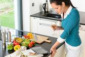 Jovem lendo tablet receita cozinha cozinhar — Foto Stock