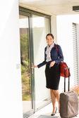 微笑的女人商务空姐到家 — 图库照片