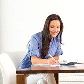 Lachende vrouw onderzoek bibliotheek universiteit examen schrijven — Stockfoto