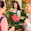 Women customers buying card flower shop pink — Stock Photo