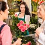 Women customers buying card flower shop pink — Stock Photo