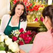 Happy florist making roses bouquet women customer — Photo