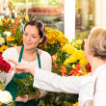 Senior customer buying red roses flower shop — Stock Photo