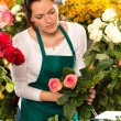 Woman florist preparing bouquet flowers shop retail — Stock Photo