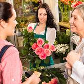 Kvinnor kunder köpa kortet blomsteraffär rosa — Stockfoto