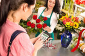 Woman customer paying flowers shop credit card — Photo