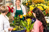 Florist woman preparing bouquet customers flower shop — Stock Photo