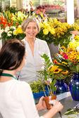 年配の女性植物フラワー マーケットを払って購入 — ストック写真