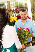 Husband buying roses bouquet romantic flower market — Stock Photo