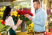 Man customer ordering flowers bouquet flower shop — Stock Photo