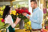 Man customer ordering flowers bouquet flower shop — Stock Photo