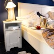 romantische lege bed intiem moment slippers champagne — Stockfoto