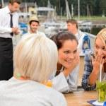 roddelende vrouwen zitten aan de balie van de haven — Stockfoto