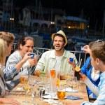 mladí dělají záběry na venkovní bar — Stock fotografie