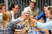 Skupina veselých opékání s nápoji — Stock fotografie