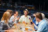 Jonge doen opnamen bij buiten bar — Stockfoto
