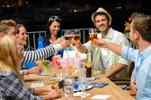 Groupe de jeunes amis, boire de la bière à l'extérieur — Photo