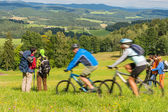Hiking, riding bicycles on springtime weekend — Stock Photo