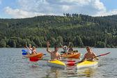 Vifta med glada vänner på kajaker sommaren — Stockfoto