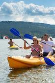 Leende par rodd kayak solsken — Stockfoto