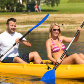 Pareja sentada en kayak en un día soleado — Foto de Stock