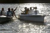 Silhouette di giovani amici in barche a motore — Foto Stock