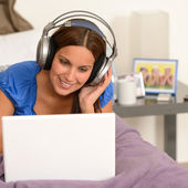 Teenage girl surfing on internet with laptop — Stock Photo