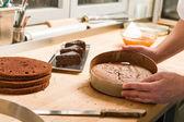Cocinero sacando pastel de forma pastel — Foto de Stock