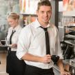 knappe kelner maken van koffie espressomachine — Foto de Stock