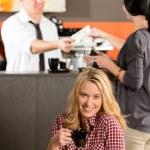 cliente mujer feliz bebiendo café en café — Foto de Stock