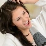 glada tjej sjunger med fön — Stockfoto