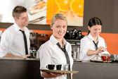 Confiante garçonete servindo café com bandeja — Foto Stock