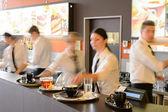 Drukke ober en serveersters werken bij bar — Stockfoto