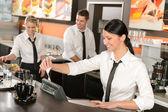 Caixa feminina, dando recibo trabalhando no café — Foto Stock