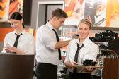 Garçonetes confiantes e trabalhar de garçom em bar — Foto Stock