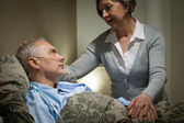Mujer senior preocupada cuidando con esposo enfermo — Foto de Stock