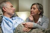 Senior paciente en el hospital con esposa preocupada — Foto de Stock