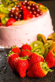 Fresh strawberries and kiwis with fruit cake — Stock Photo