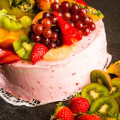Fruit cake with cream coating and fruits — Stock Photo