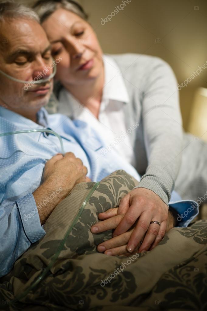 Coppia di anziani innamorati dormendo nel letto foto - Foto di innamorati a letto ...
